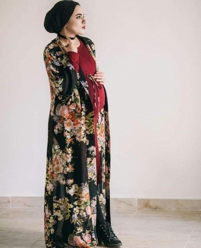 ملابس حوامل محجبات - النوع : فساتين حوامل للمحجبات، فستان احمر طويل مع كارديجا ملون