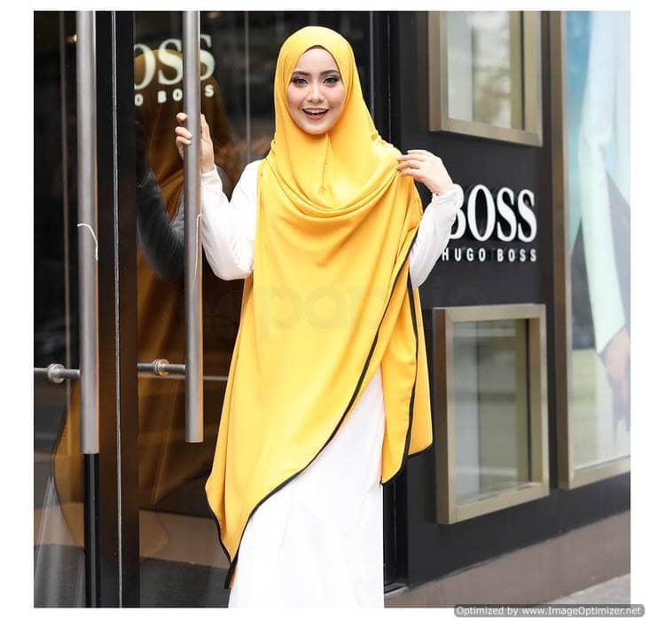 ازياء الخمار ، خمار طويل أصفر على فستان أبيض