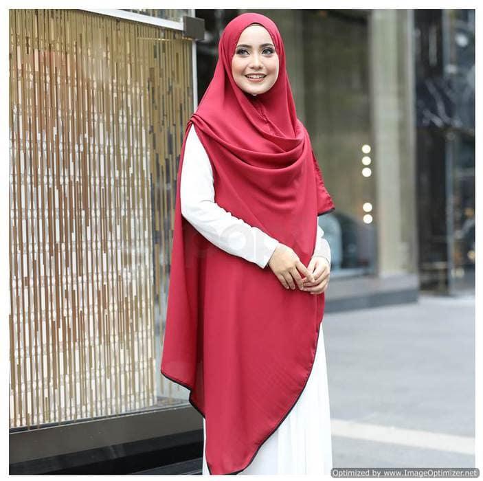 ملابس محجبات بالخمار ، خمار أحمر على فستان أبيض