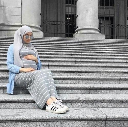 فستان رمادي مع قميص جينز ملابس حوامل محجبات النوع : فساتين حوامل للمحجبات