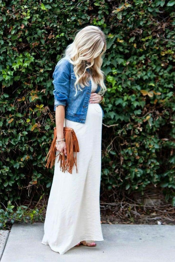 فساتين للحوامل فستان ابيض طويل وفوقه جاكيت جينز